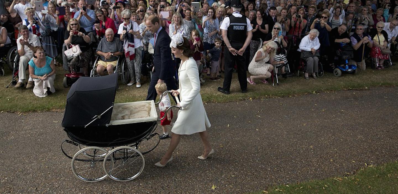 Los Cambridge fueron recibidos calurosamente con porras, gritos y saludos de los habitantes de Norfolk.