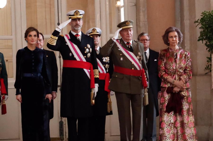 Felipe ¡Divórciate! El famoso video de la misa de Pascua donde Letizia se porta de manera grosera con su suegra y que ha dejado en evidencia no sólo la mala educación de la reina sino algo todavía peor, que España no la quiere.